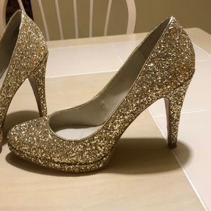 Nine West golden pumps. Size 8M Only wore them 2x
